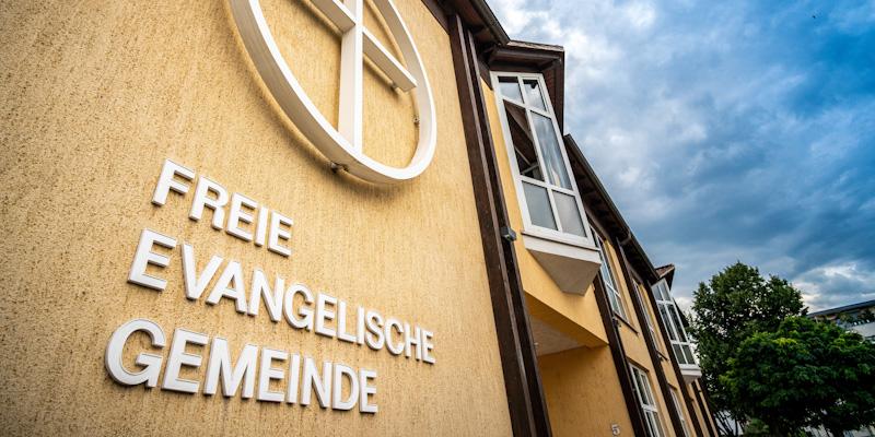 Das Logo an der Frontseite des Gemeindehauses