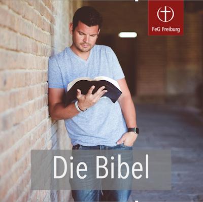 Ein Mann lehnt an der Wand und liest die Bibel